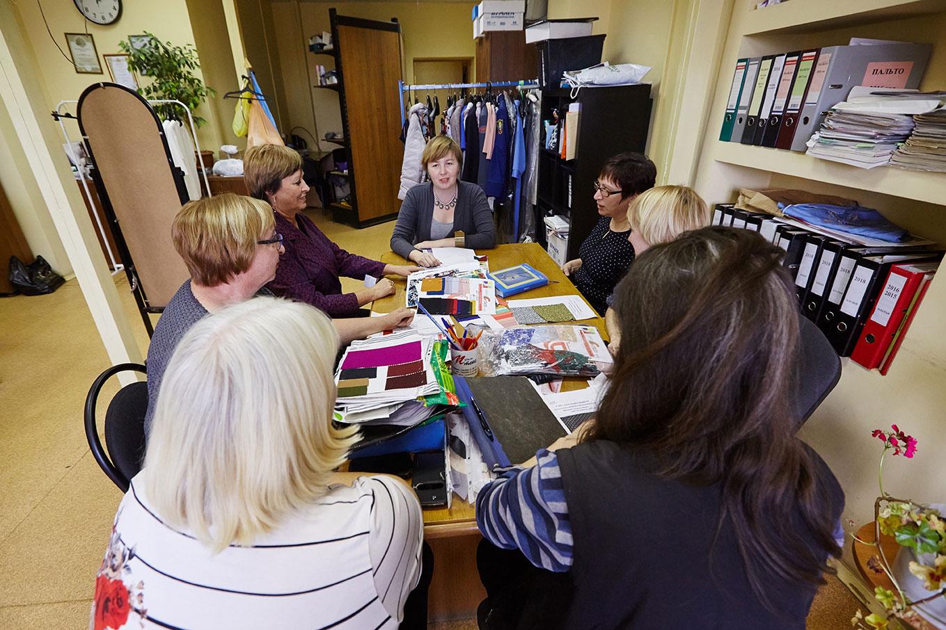 собрание на швейном производстве фото